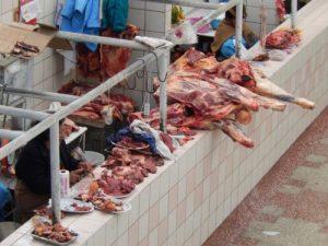 Marché de cochon d'Inde et d'alpaga à Puno (Pérou). Source : http://www.fourchette-voyageuse.fr/posts/quand-l-alpagua-et-le-cochon-d-inde-sinvitent-dans-les-assiettes-peruviennes